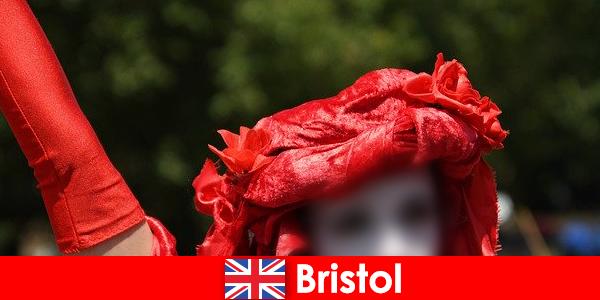 Backpackers membuat hidup sebagai penghibur jalanan di Bristol
