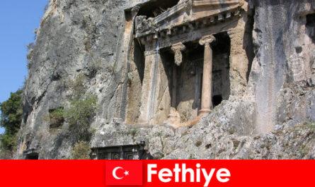 Bandar purba Fethiye di tepi laut dengan banyak Tugu Peringatan