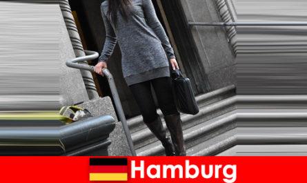 Wanita yang elegan di Hamburg memanjakan pengembara dengan perkhidmatan pengiring eksklusif