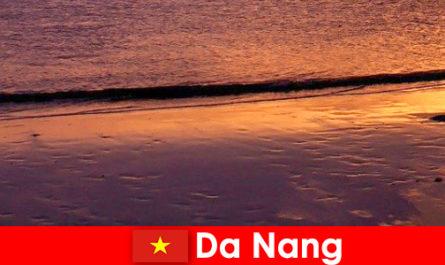 Da Nang adalah sebuah bandar persisiran pantai di tengah Vietnam dan popular untuk pantai berpasir