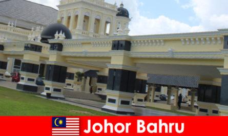 Johor Bahru bandar di pelabuhan itu menarik bukan sahaja yang beriman kepada Masjid lama tetapi juga pelancong