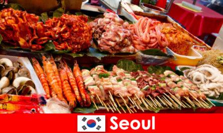 Seoul juga terkenal di kalangan pelancong kerana makanan jalanan yang lazat dan kreatif