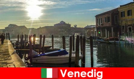 Pengunjung yang mengalami sejarah Venice dengan berjalan kaki yang rapat
