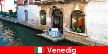 Pengalaman perjalanan tulen untuk pelancong membeli-belah di bandar lama Venice di Itali