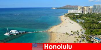 Destinasi tipikal untuk pelancong bersantai di tepi laut ialah Honolulu Amerika Syarikat