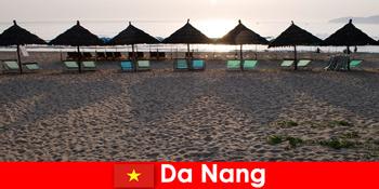 Resort mewah di pantai berpasir yang indah untuk pelancong percutian di Da Nang Vietnam