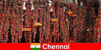 Bunyi dan tarian asli di kuil menanti orang asing di Chennai India