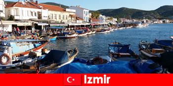 Pelancong aktif berulang-alik antara bandar dan pantai di Izmir Turki