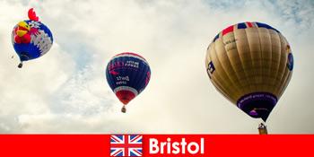 Cuti untuk pelancong berani tunggangan belon ke atas Bristol England