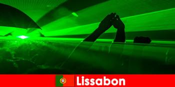 Malam disko popular di pantai untuk pelancong parti muda di Lisbon Portugal