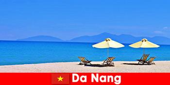 Pakej pelancong berehat di pantai azure di Da Nang Vietnam