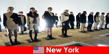 Lawatan kebudayaan untuk orang yang tidak dikenali ke daerah teater terkenal Di New York Amerika Syarikat