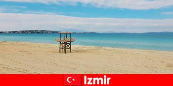 Pelancong santai diksamping pantai di Izmir Turki