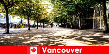 Pemandu bandar Kanada Vancouver mengiringi pelancong ke luar negara di sudut tempatan