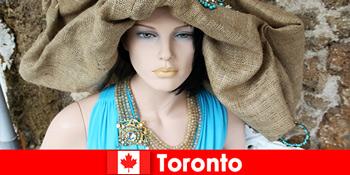 Pengunjung akan menemui pelbagai jenis kedai-kedai anjakan di pusat kosmopolitan Toronto Kanada