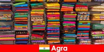 Kumpulan pelancongan dari luar negara beli fabrik sutera murah di Agra India