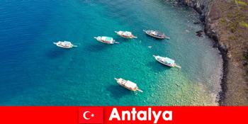 Pelancong guna kali terakhir cahaya matahari untuk bercuti di Antalya Turki